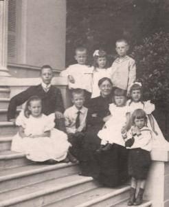 Julie Becker (Schöffer) ca. 1910 mit den Enkeln Carl, Hans, Theo und Paul Riedel; Cilly, Lilly und Carola von Blumenstein; Harry und Ully Becker vor der Villa