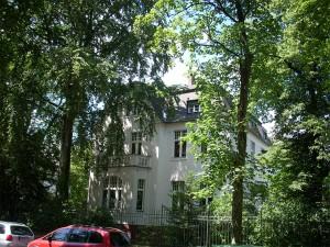"""Becker-Villa in Berlin Steglitz, """"auf dem Fichtenberg"""", Arno-Holz-Str. 6, 1916-1933, Eine Gedenktafel war nicht zu sehen; Grundstück ziemlich ungepflegt, aber Haus wirkt gut. BB. 10.7.2007"""