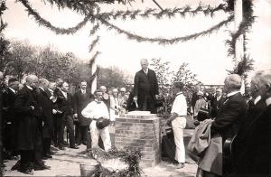 C. H. Becker bei der Grundsteinlegung (einer Pädagogischen Akademie?) Foto aus dem Archiv von Michael Becker