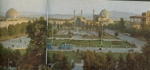 Isfahan, Masjid-i-Shah (safawidisch), mit früherem Poloplatz, rechts Ali Qapu (mongolisch) Links: Shaykh Lutf Allah. Aus: Persian Architecture von Arthur Upham Pope, Shiraz 1969