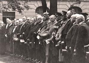C. H. Becker (rechts neben Reichspräsident Paul von Hindenburg) bei der Einweihung der Neuen Wache in Berlin (nach 1925)
